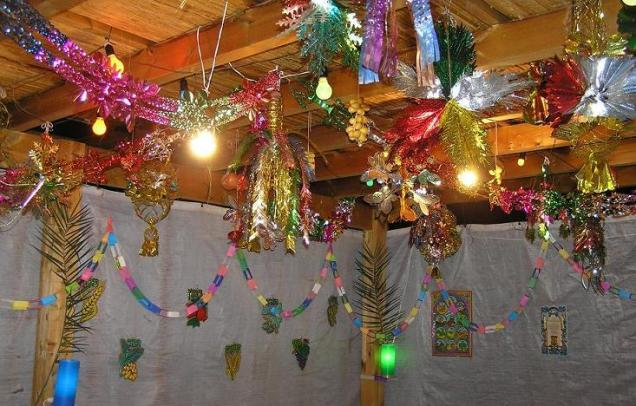A sukkah from inside. (From Wikimedia user Muu-karhu)